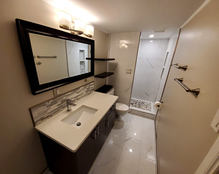 a picture of a white bathroom